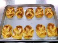 焼きたてのパンを学校、幼稚園、病院などに提供しています。